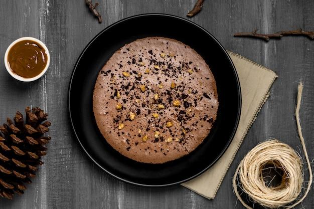 Vista dall'alto della torta sul piatto con pigna e stringa