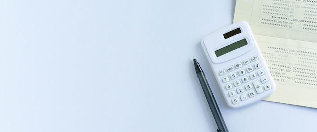 Vista dall'alto della calcolatrice banca libro e matita per contare e pianificare le spese mensili