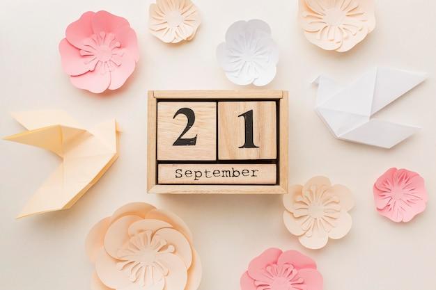 Vista dall'alto del calendario con colombe di carta e fiori