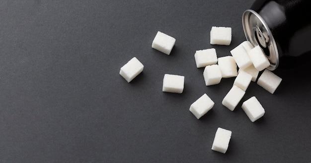 Vista dall'alto della lattina con cubetti di zucchero e copia spazio