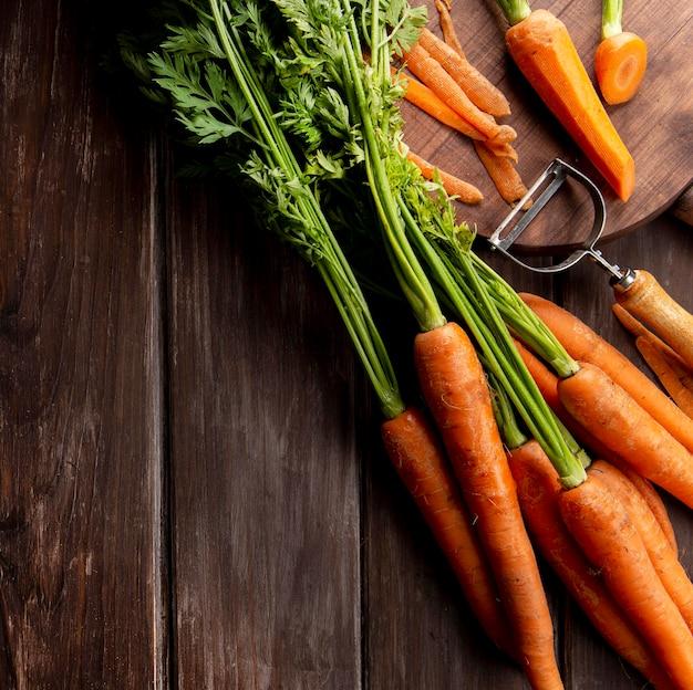 Vista dall'alto di carote con pelapatate