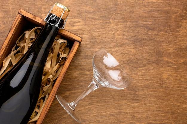 Bottiglia di champagne vista dall'alto e vetro