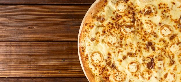 Pizza al formaggio vista dall'alto con copia-spazio