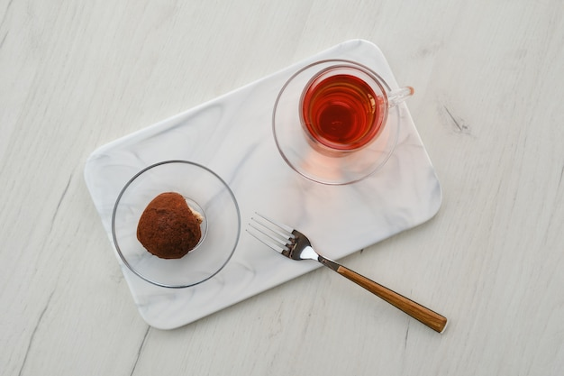 Vista dall'alto della torta di pasta biscotto al cioccolato e una tazza di tè su un tavolo