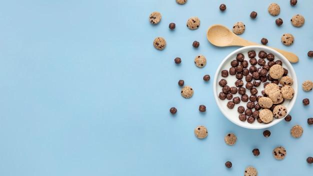Vista dall'alto di cereali da colazione al cioccolato con latte e copia spazio
