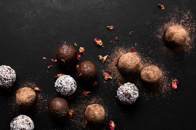 Tartufi al cioccolato vista dall'alto pronti per essere serviti