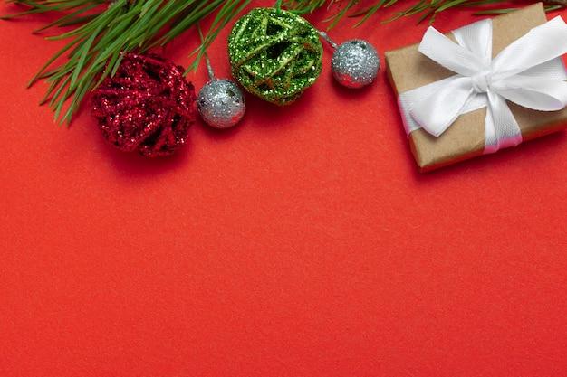 Composizione di natale vista dall'alto. sfondo di natale, layout. con copia spazio con articoli natalizi. disposizione piatta.