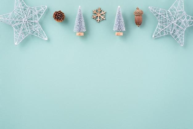 Vista superiore della composizione dell'ornamento della decorazione di festa di natale con la disposizione piana dell'uomo di pan di zenzero della stella del regalo dell'albero di natale con lo spazio della copia isolato su fondo verde