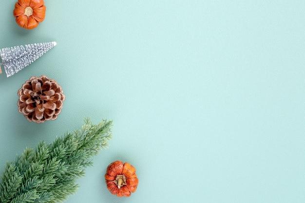 Vista dall'alto della composizione dell'ornamento della decorazione delle vacanze di natale con albero di natale, stella regalo, pan di zenzero piatto disteso con spazio copia isolato su sfondo verde.