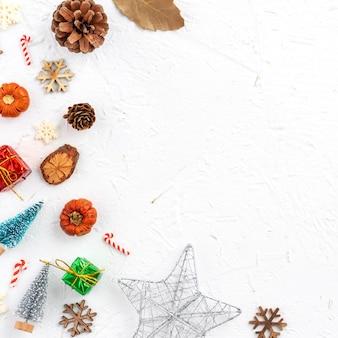 Vista dall'alto della composizione dell'ornamento della decorazione delle vacanze di natale con albero di natale, stella regalo, uomo di pan di zenzero piatto laici con spazio copia isolato su sfondo bianco.