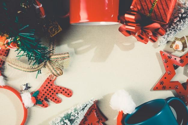 Vista dall'alto dell'oggetto natalizio con sfondo spazio copia