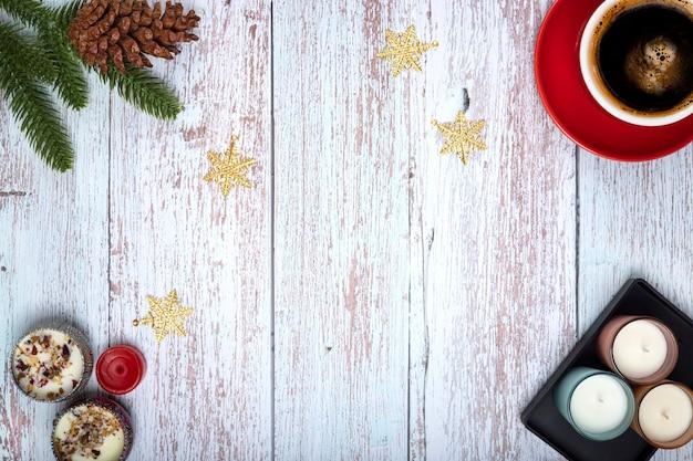 Vista dall'alto di ornamenti natalizi e una tazza di caffè su sfondo di legno