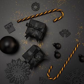 Vista dall'alto di regali di natale e bastoncini di zucchero dorati