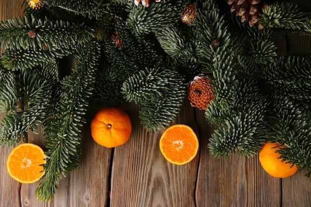 Vista dall'alto dell'albero di abete di natale e dei mandarini