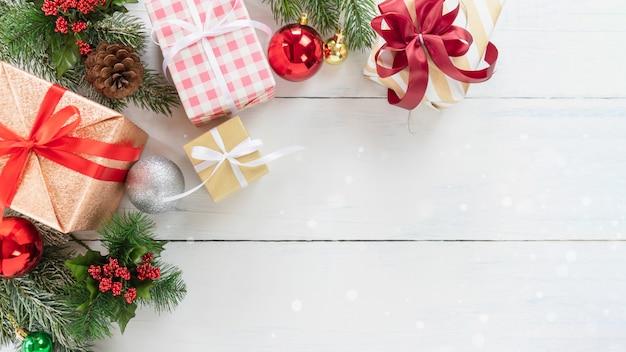 Vista superiore del contenitore di regalo di feste dell'albero di natale e del nuovo anno con l'ornamento decorativo su legno