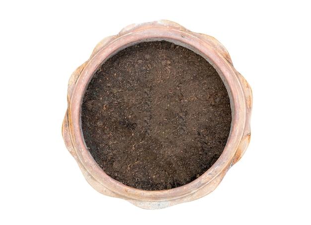 Vista dall'alto di un vaso di argilla riempito con terriccio organico su sfondo bianco.