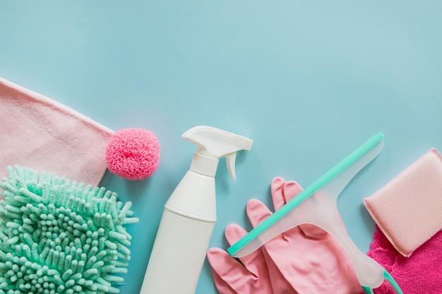 Vista dall'alto prodotti per la pulizia sul tavolo