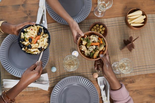 Vista dall'alto ravvicinata della famiglia afro-americana che condivide il pasto mentre si cena insieme a casa, copia spazio