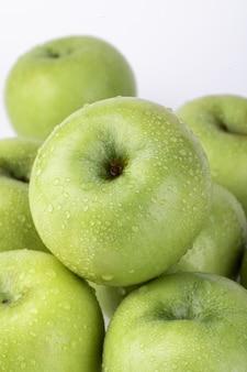 Primo piano di vista superiore delle mele verdi isolate su una priorità bassa bianca