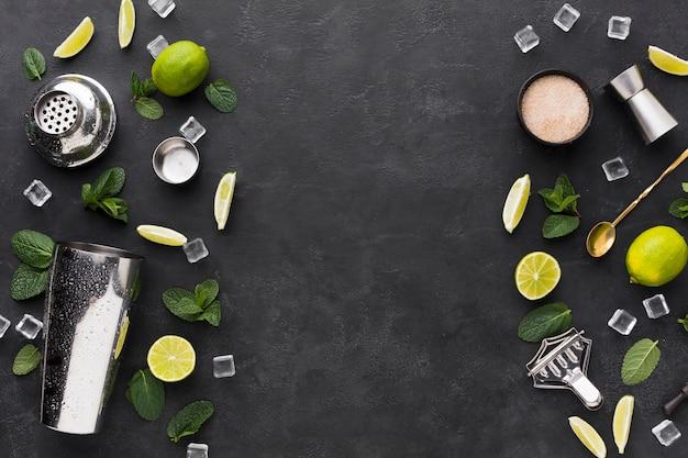 Vista dall'alto di elementi essenziali cocktail con shaker e cubetti di ghiaccio