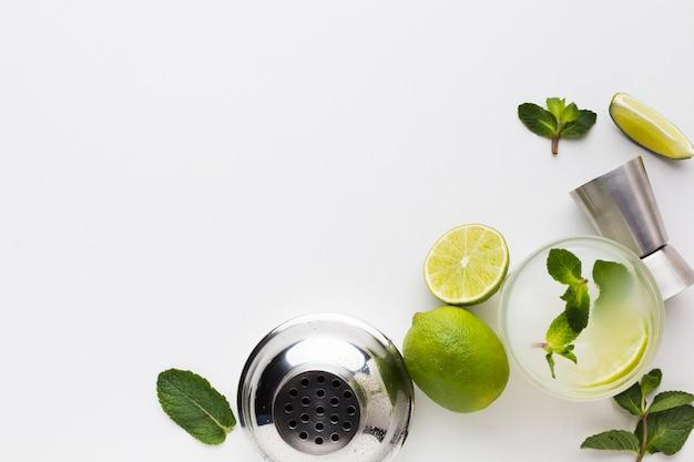 Vista dall'alto di ingredienti cocktail con shaker e copia spazio