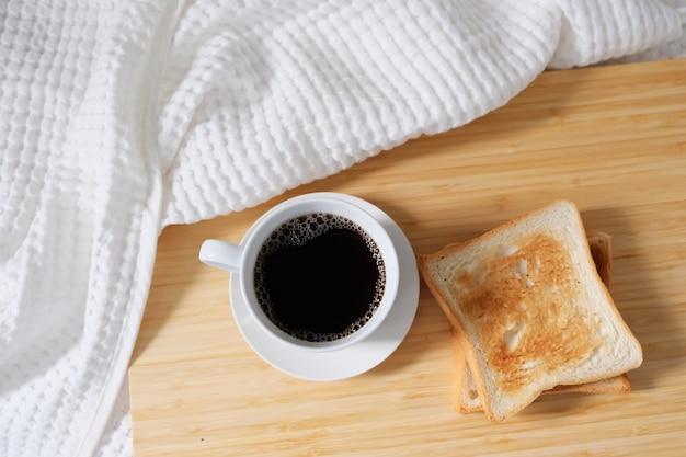 Vista dall'alto di una tazza di caffè accanto al pane tostato