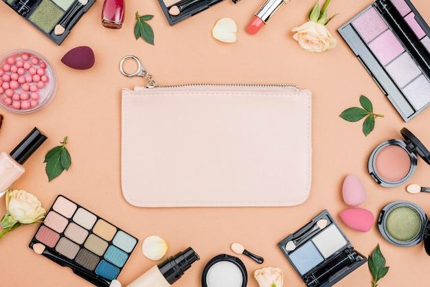 Collezione di prodotti di bellezza vista dall'alto su sfondo beige