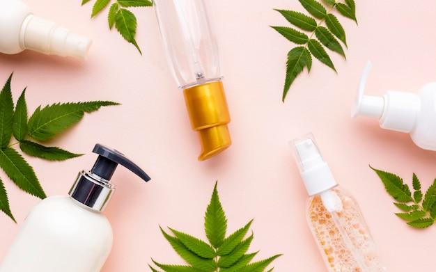 Collezione di prodotti cosmetici vista dall'alto