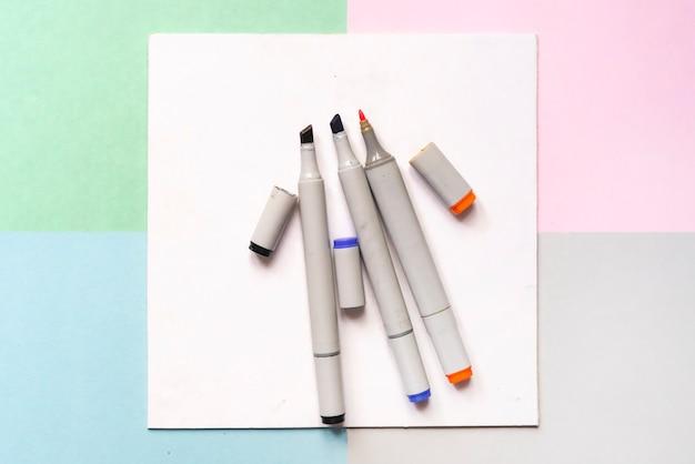 Vista superiore degli indicatori della pittura di colore sul concetto creativo della disposizione di arte dell'ufficio con i colori morbidi d
