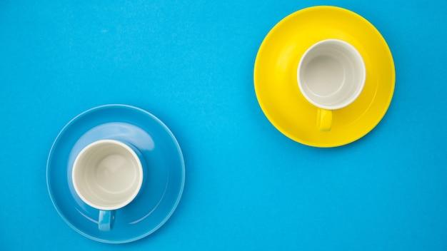 Vista dall'alto tazza di caffè colorato su sfondo di carta blu.