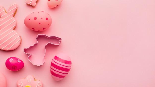 Vista dall'alto di uova di pasqua colorate a forma di coniglietto