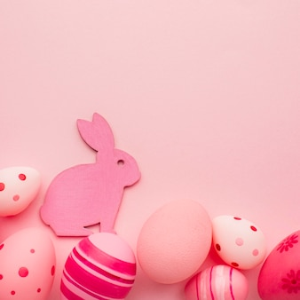 Vista dall'alto di colorate uova di pasqua con copia spazio e coniglietto