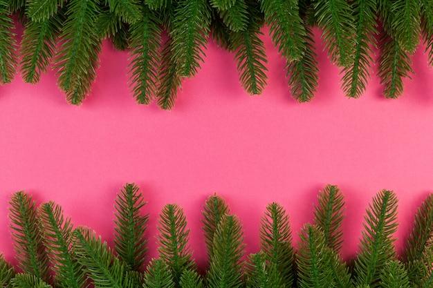 Vista dall'alto del colorato sfondo festivo fatto di un ramo di abete. concetto di vacanza di natale con spazio di copia.