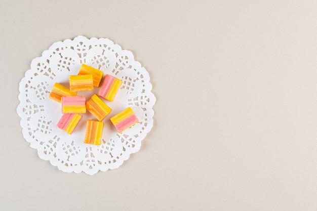 Vista dall'alto di gomme fresche colorate su crema.