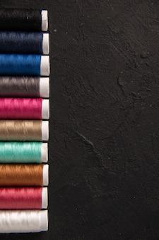 Vista dall'alto di fili colorati sul muro scuro