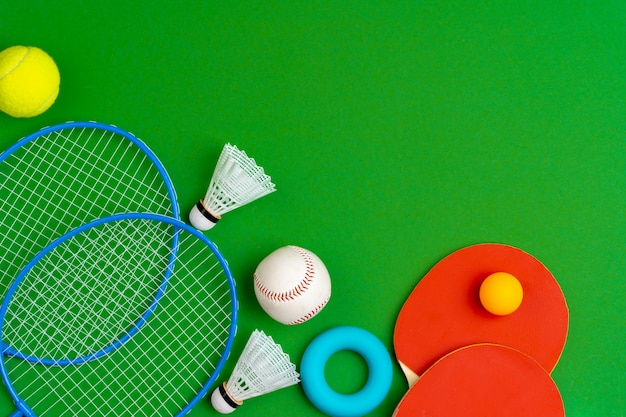Vista dall'alto della composizione di accessori sportivi