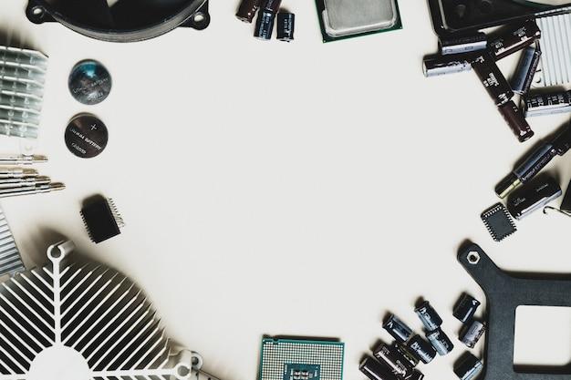 Vista dall'alto delle parti del computer con cpu su sfondo bianco tavolo con spazio copia al centro