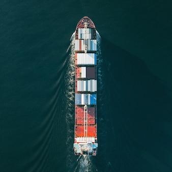 Vista dall'alto della nave portacontainer. formato quadrato