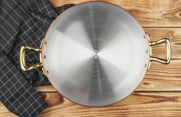 Vista dall'alto della pentola in rame sul tavolo della cucina