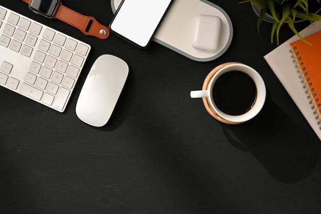 Vista dall'alto dell'area di lavoro piatta e creativa con la tastiera del computer, il mouse, la cancelleria e lo spazio della copia
