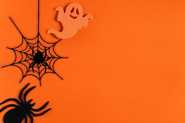 Vista dall'alto della decorazione creativa del concetto di halloween su sfondo tavolo di carta arancione.