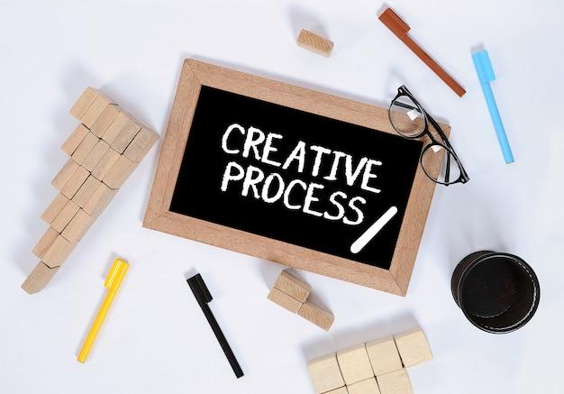 Vista dall'alto del processo creativo sulla lavagna con blocco di legno
