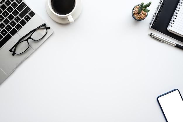 Vista dall'alto dell'area di lavoro creativa, spazio per la copia del tavolo bianco della tastiera degli occhiali per smartphone.