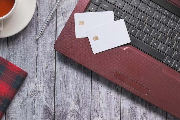 Vista dall'alto delle carte di credito sul laptop.