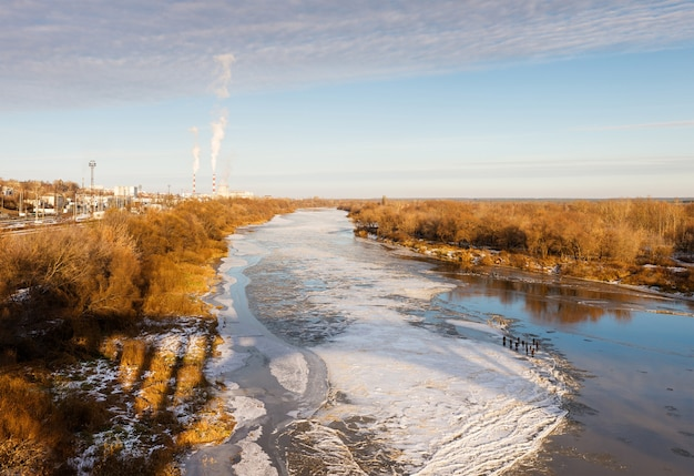 Vista dall'alto della crosta di ghiaccio che copre il fiume in una gelida giornata