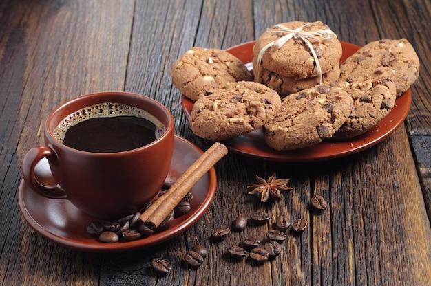 Vista dall'alto tazza di caffè e biscotti al cioccolato
