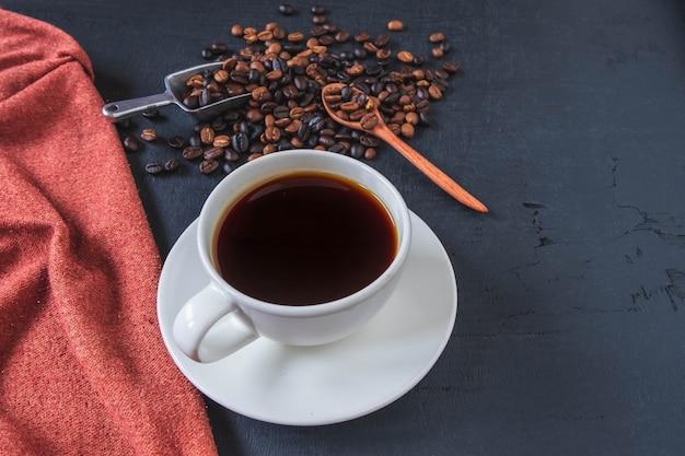 Vista dall'alto tazza di caffè e chicchi di caffè
