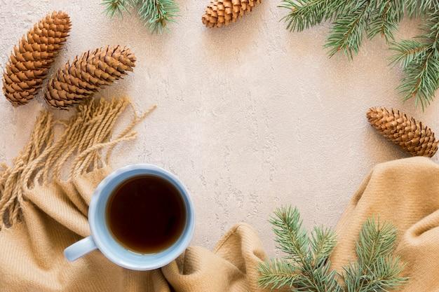 Vista dall'alto carino inverno tazza di tè e coni