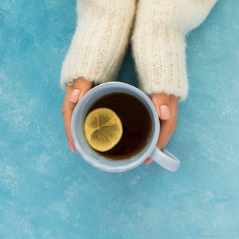 Vista dall'alto carino tè invernale che si terrà dalle mani della donna