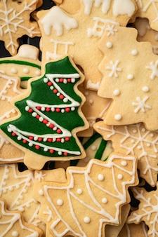 Vista dall'alto del biscotto dell'albero di natale di pan di zenzero dal sapore semplice verde decorato con spazio di copia, concetto di celebrazione delle vacanze.